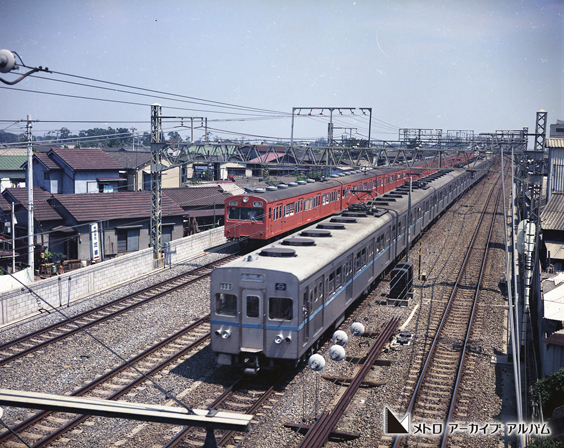 東西線車両と並んで走行する中央線車両