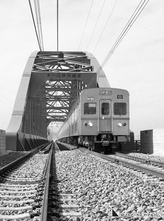 第一江戸川橋梁を渡る5000形車両