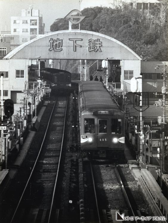 アーチ型をした地下鉄の駅