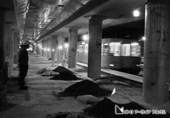 銀座線が走る工事中の表参道駅
