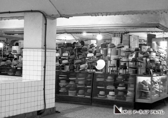 三越前駅中二階の商店
