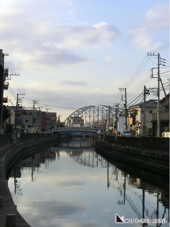 橋梁を映す境川