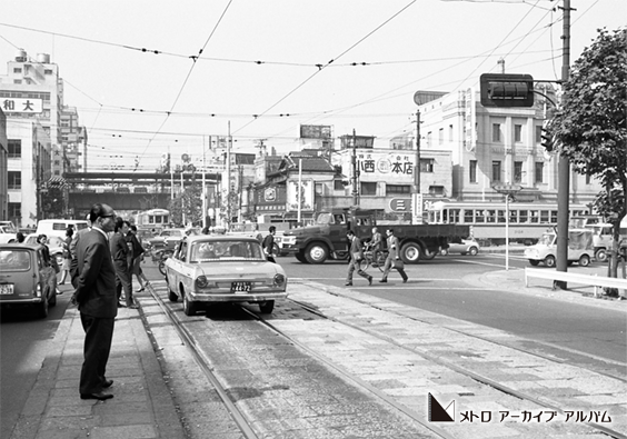 路面電車が走る仲御徒町駅付近