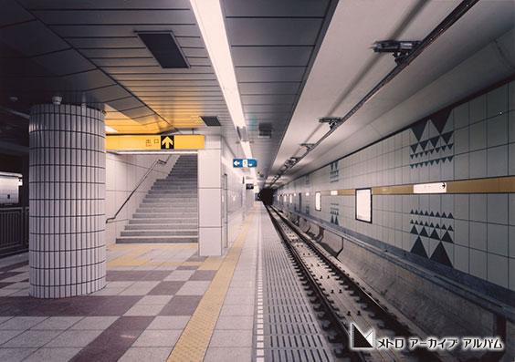 デザインパネルで飾られた豊洲駅ホーム