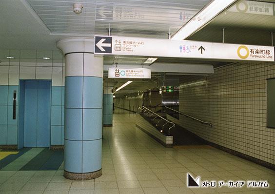 飯田橋駅ホーム行きエレベーターとスロープ