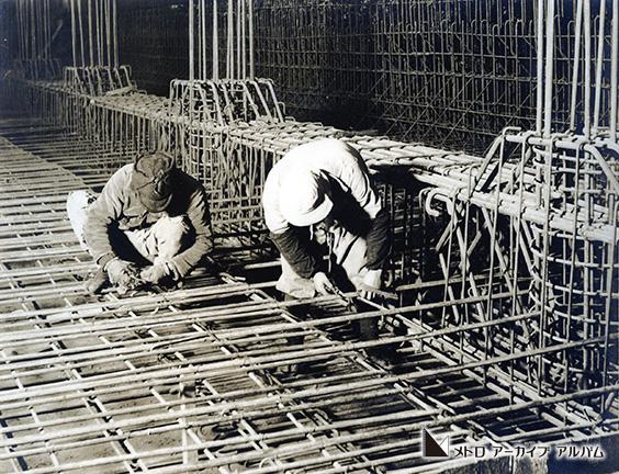 トンネルの鉄筋組立作業